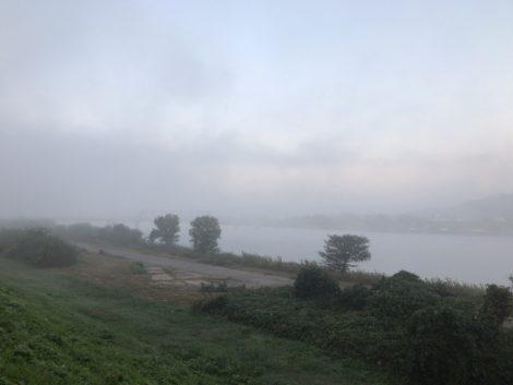 朝靄に霞む加古川