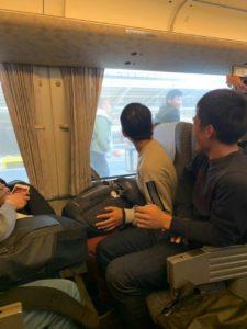 数十秒差で逃した電車を追いかける田熊&中本